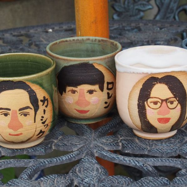 誰もが笑顔になれる「セミオーダー似顔絵陶器」ネット販売中