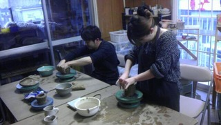 初めての陶芸で水挽き挑戦